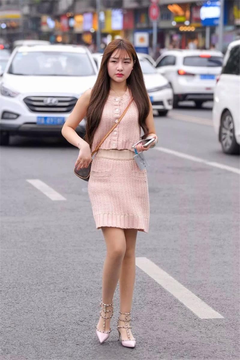 """路人街拍:小姐姐穿的这款""""草莓裙"""",元气满满,超级减龄!"""