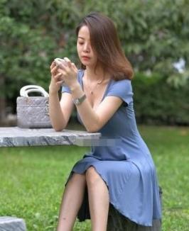 网友:外面风这么大,还是别穿裙子了,尴尬