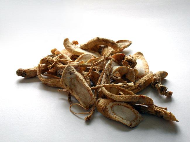 1, 服用的同时不能喝浓茶,因茶叶中含有多量的鞣酸,会破坏西洋参中