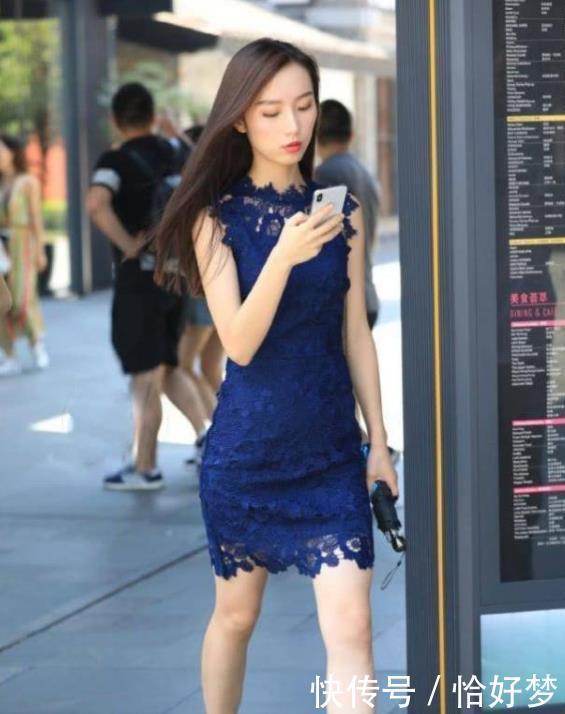 <b>街拍:小姐姐黑色紧身一字肩上衣配上宽松的阔腿裤,显得霸气十足</b>