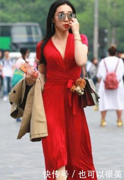 路人街拍,迷人性感的美女,包裹出一双修长大美腿