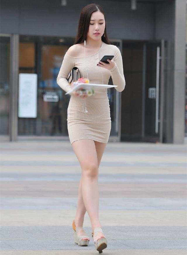 美女色刚身�_街拍:美女身穿紧身连衣裙,微胖的女人都很有曲线美