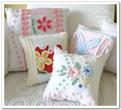 给客厅的浅色沙发搭配一个蓝色抱枕,给阳台的藤椅或座椅搭配碎花图案