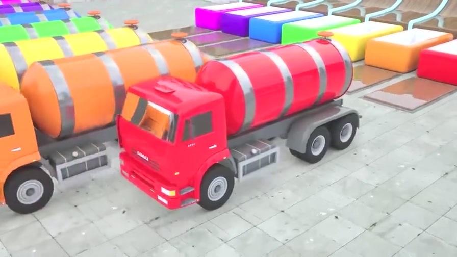 五辆拖拉机头 五辆运油车带回到坡道顶部 彩色的颜料车和彩色