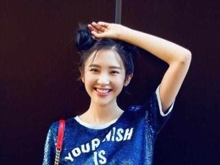 唐艺昕街拍青春可爱,网友:裤子烂的想帮她缝上