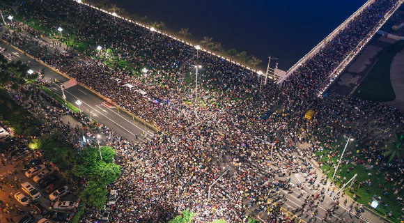 广东珠海举办建市40周年光影焰火秀 观众爆棚