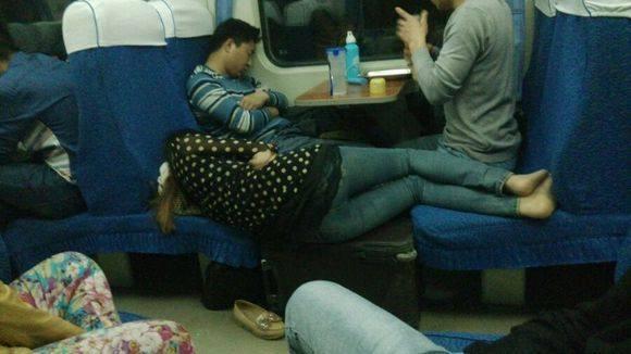 春运火车上各种奇葩睡姿,看到最后一张笑爆了