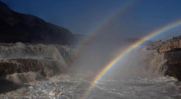 山西吉县黄河壶口瀑布现双彩虹景观