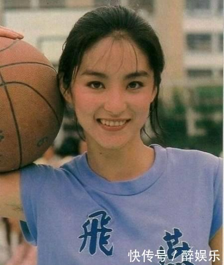 """林青霞女儿长大后近照,网友看懵了:这不会是""""复制粘贴""""吧?"""