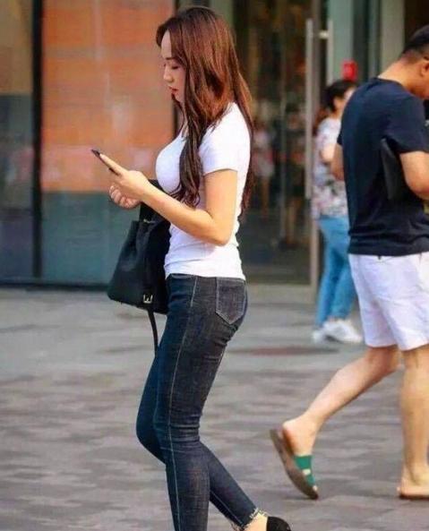 街拍: 小姐姐一袭红裙走在街头,白嫩大长腿真吸睛插图