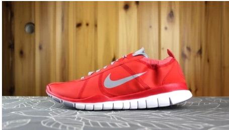 我买了一双红色的运动鞋