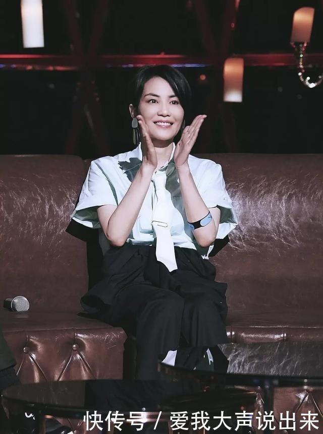 高瘦平的西裤!王菲穿白女生黑衬衣打好处,帅得送领带毛绒玩具图片