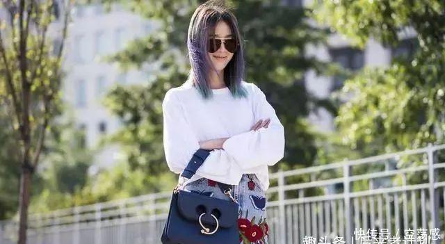 30多岁女人入秋穿时髦,卫衣+破洞牛仔裤,不过几天就能穿