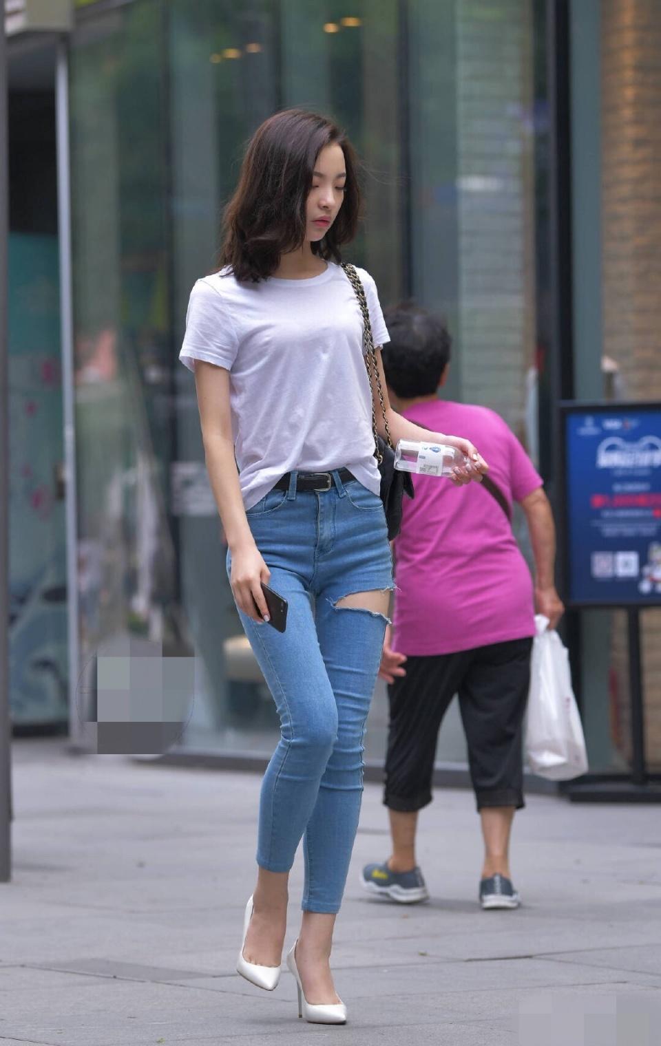 街拍:小缝隙高密牛仔裤开个紧身,是为了散热还情趣内衣姐姐图片