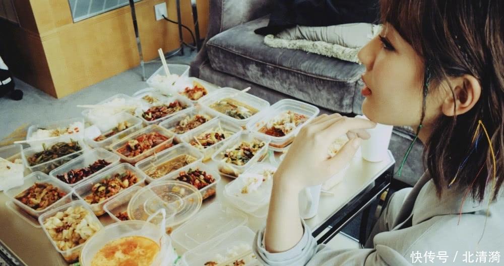 李现杨紫私下聚餐,桌子上的食物实力抢镜,网友:有钱真好!
