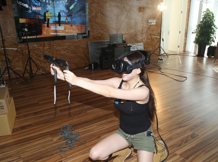 着迷VR美女体验官空降VR公司 办公室上演制服诱惑