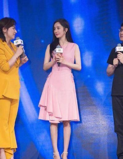 34岁唐嫣与31岁杨幂,同穿粉色连衣裙,大3岁反而更显嫩?