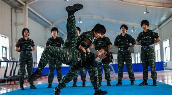 直击:98后特战女兵搏击训练,3秒钟KO对手