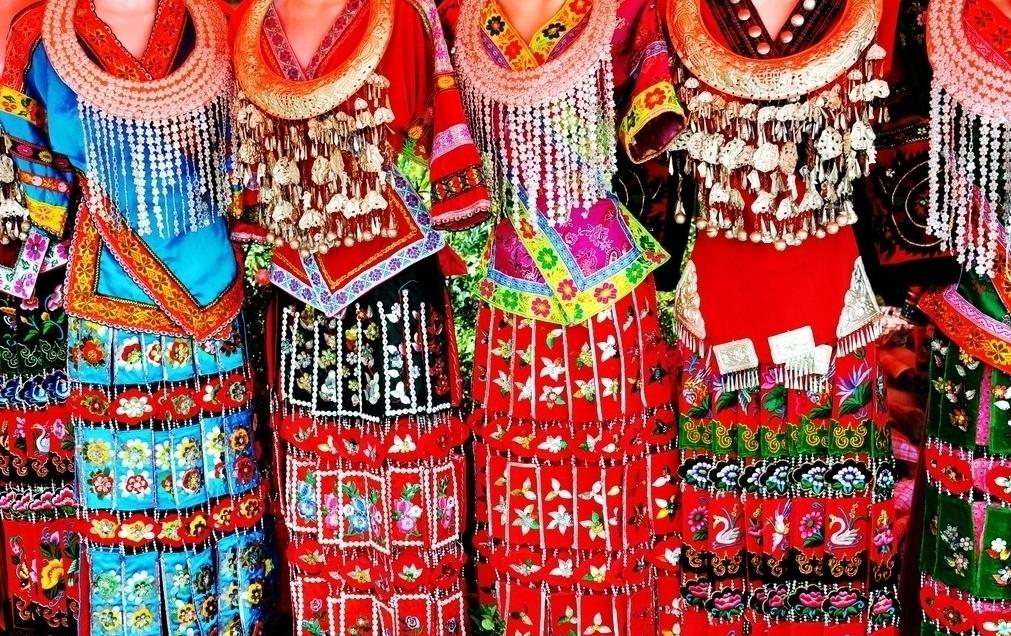 苗族女性抽象的刺绣,蜡染图案中反映和表现了她们的内心情感世界,同时