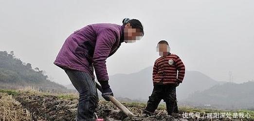 男子娶二婚女10年,靠放羊给继子买楼后,寒冬腊月被母子赶出家门