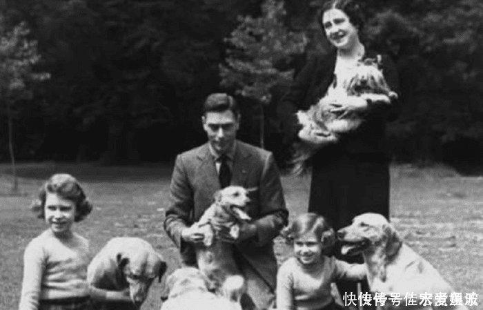 英国女王最不舍删除的照片,丈夫为她站岗,她为小乔治弯腰
