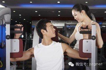 美女教练指导帅哥会员健身