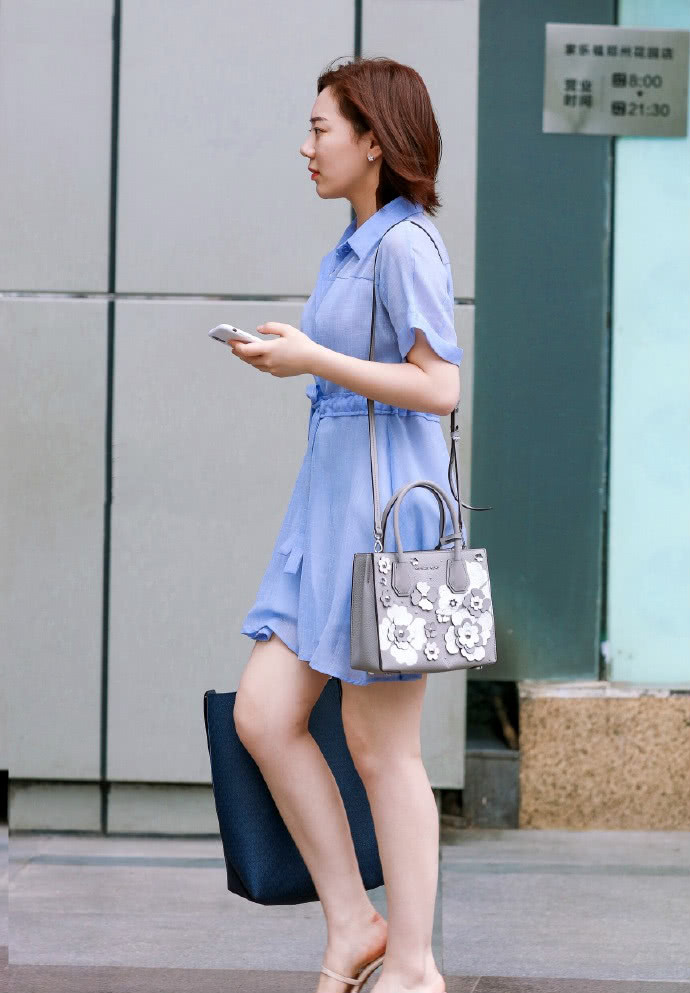 <b>路人街拍:手提包包的短发美女,一袭蓝紫色裙装超级养眼!</b>