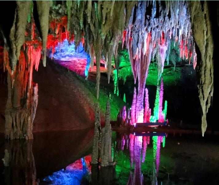 梅山龙宫风景区,位于油溪乡资水西岸的高桥村.