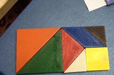 用七巧板板中的最大三角形拼成一个正方形,你能用剩下的5块图形摆