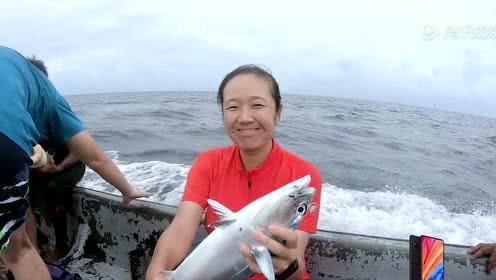侣行夫妇跟岛民出海钓金枪鱼,生吃鱼肉超好吃