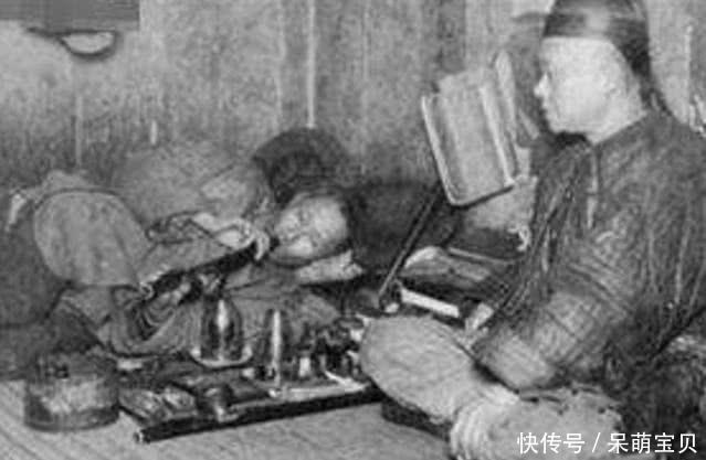 老照片:百年前抽鸦片的人,男子皮包骨头,女子任