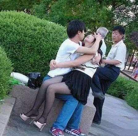 大爷你再继续抱着这个女人,估计等下就回不了家喽! - 云鹏润峰 - 云鹏潤峰