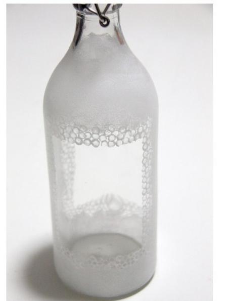 在玻璃瓶上画画需要用到什么材料?就像图上的白色的是什么材料?