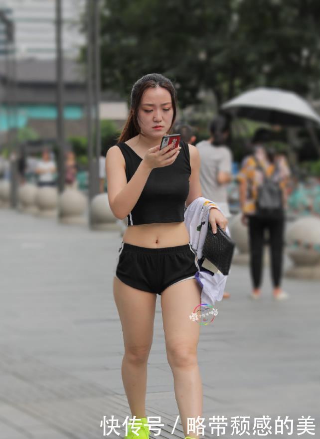 <b>运动短裤怎么穿好看?身材丰腴的美女,穿性感运动裤气质出众</b>