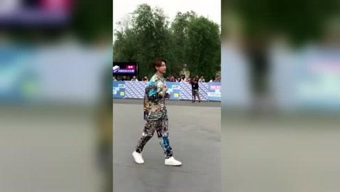 小鬼王琳凯 《中国音乐公告牌》给粉丝发糖,连手提袋都送出去了!