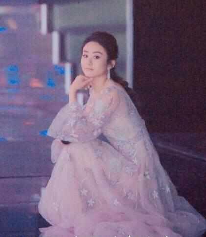 女星后台候场是何样子,范冰冰可爱,赵丽颖让人大吃一惊!