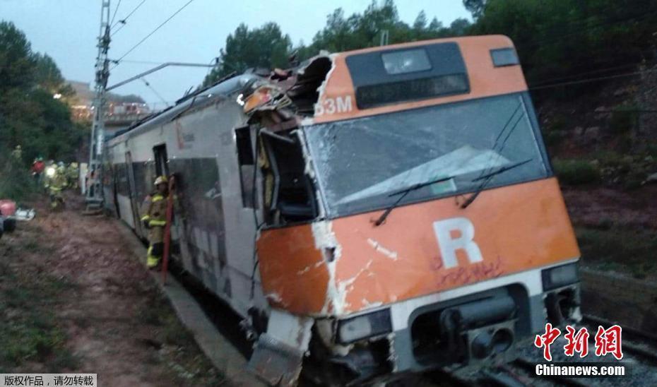 西班牙巴塞罗那一列火车发生脱轨事故