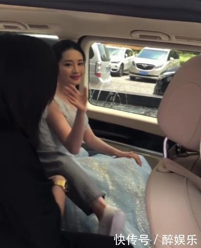李沁在房车被拍,有谁注意车外的女粉,网友:妹子,缺男友不?