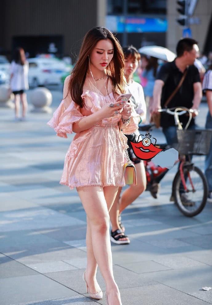 路人街拍:华丽梦幻的粉色连衣裙,软萌甜美的少女风!