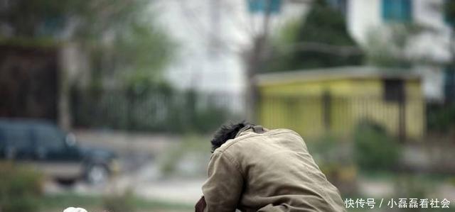 流浪汉睡店门口父亲每晚给两包子一日不见乞丐看监控报了警