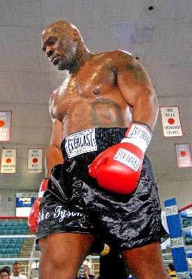 虽然战绩辉煌,但泰森在拳击之外的问题也开始产生.