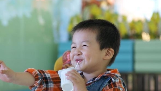"""暑假多名孩子喝牛奶发育停滞进医院,这3种牛奶已被列入""""黑榜"""""""