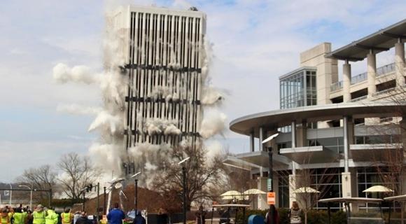 美国肯塔基州州府最高建筑内爆 28层高楼顷刻倒塌