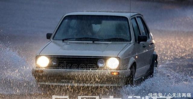 别再以为雨天开车慢点就是安全!学会这几招,这样才不会轻易出事