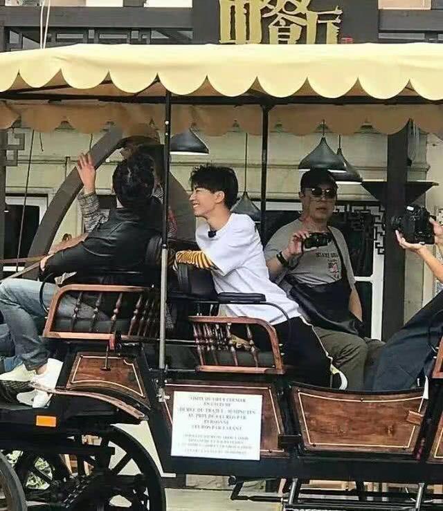 《中餐厅2》最新录制 赵薇和王俊凯轮番哄小孩吃饭图片