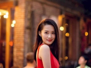 李沁身着红色连衣裙现身街头,简洁优雅的红色和开春季节最配