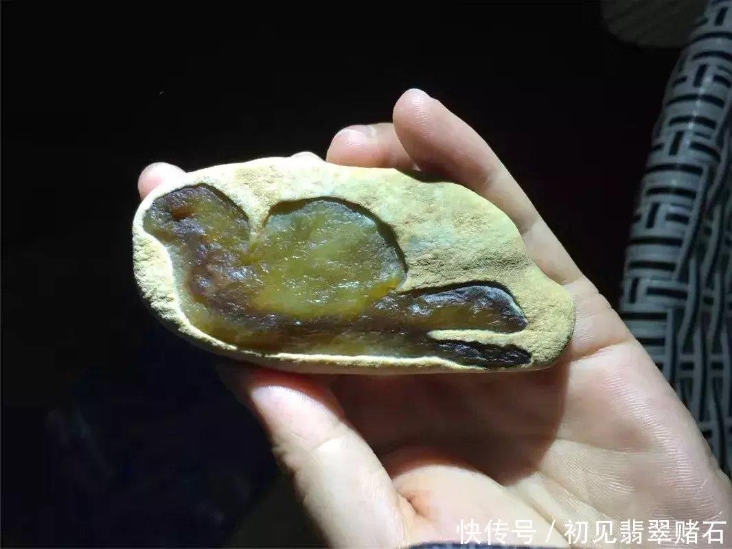 闲来无事夜市溜达淘的一块黄翡原石,整体雕刻极致之美!