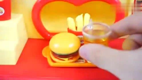 小宝宝饿啦,买了汉堡包和饮料!小朋友们也来吃吧!