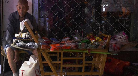 107岁老人卖鞋垫成网红 有人买完再悄悄放回