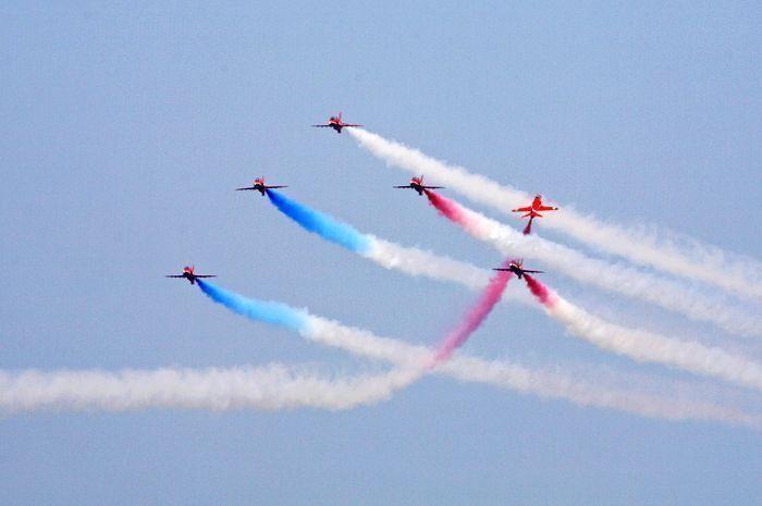 英国红箭表演队 18日在新加坡进行飞行表演之后的红箭飞行表演队即将在21日抵达珠海。 红箭成立于1964年,隶属于英国皇家空军,是世界上历史最悠久的特技飞行表演队之一。 自1965年第一场飞行表演起,红箭至今已在超过56个国家完成了4720余场表演。他们密集的空中编队和精湛的飞行技巧令全球观众叹为观止。首次来到珠海表演不知道会拿出什么样的拿手好戏。 更多期待 军事评论员李小健认为,在战斗机方面,除了歼-20,歼-10、歼-11系列的最新改进型号--如歼-10C、歼-11D、歼-16都有望亮相。 不